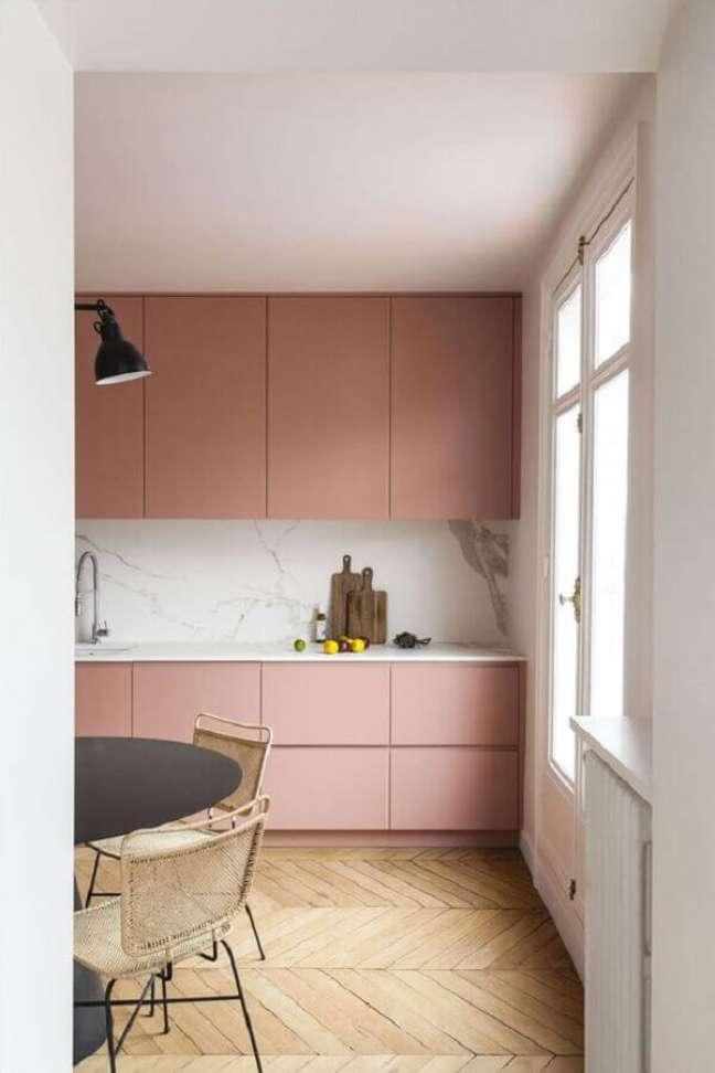 36. Gabinete cor de rosa chá para decoração de cozinha planejada – Foto: PUFIK Interiors & Inspirations