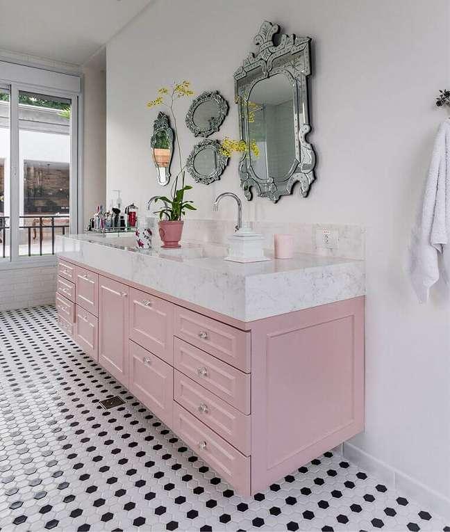 19. A cor de rosa chá trouxe um ar super delicado para a decoração de banheiro clássico – Foto: Home Fashion Trend