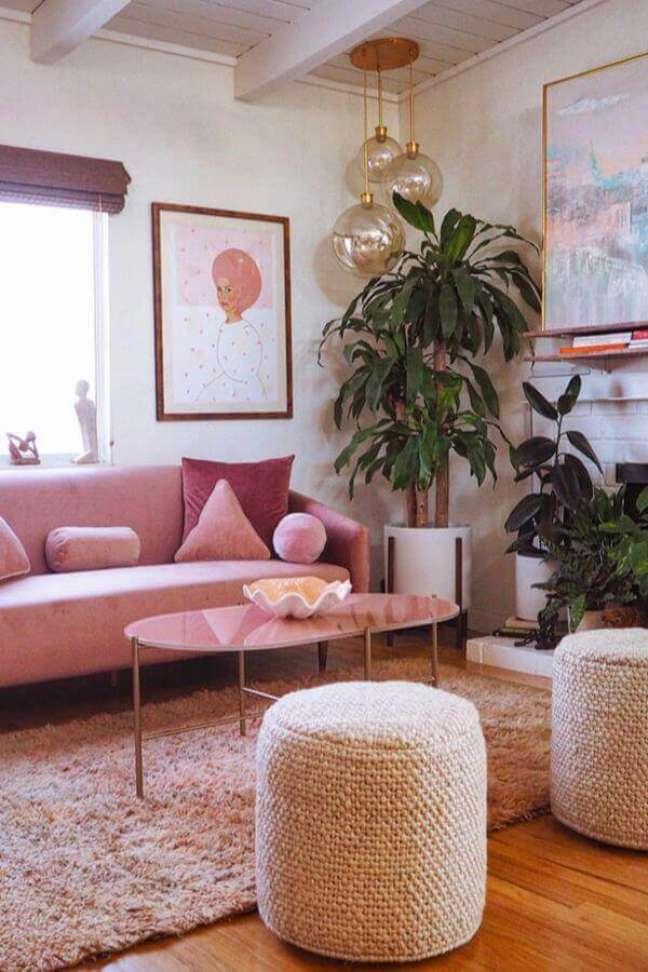 61. Sofá rosa chá para sala de estar decorada com puff rústico redondo – Foto: Article
