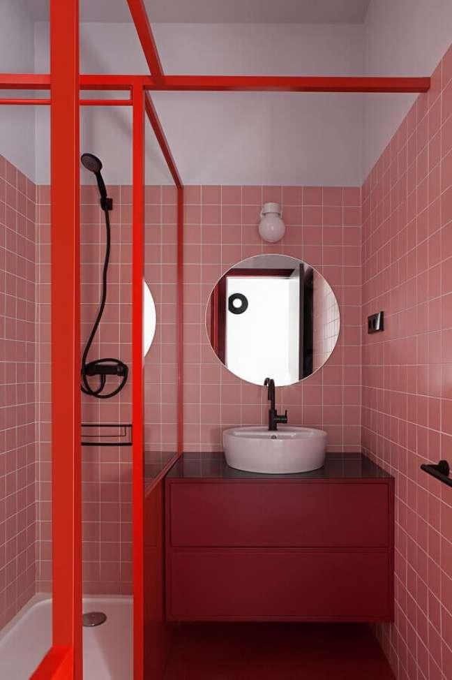 55. Revestimento rosa chá para decoração de banheiro pequeno com gabinete suspenso – Foto: Futurist Architecture