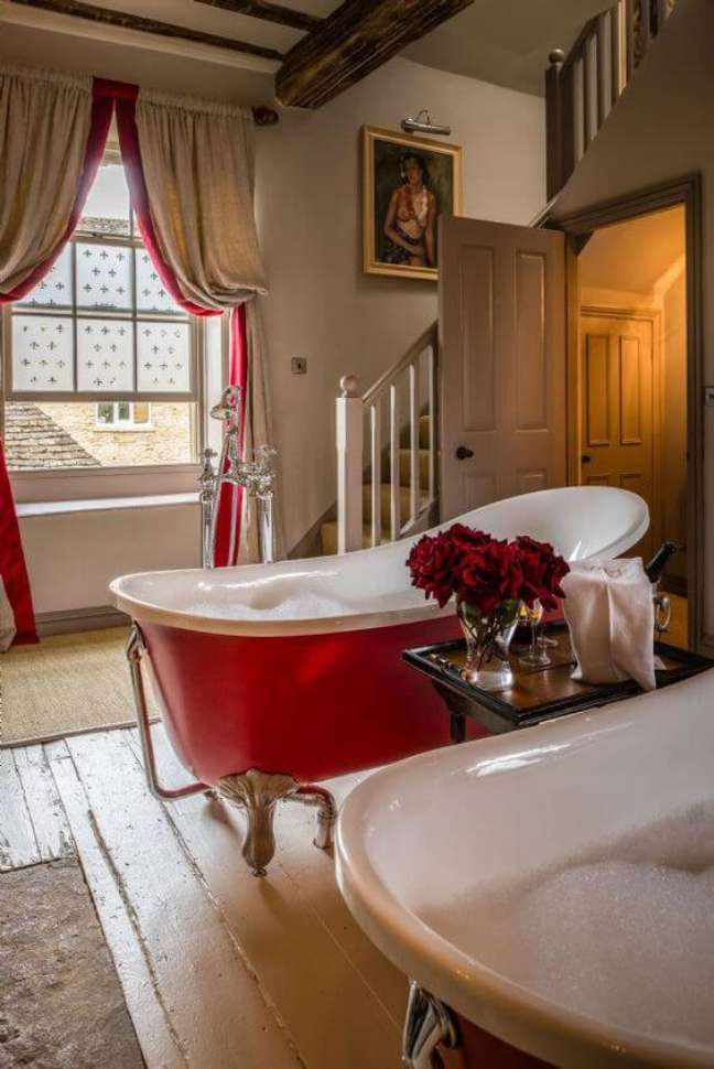 24. Banheira de pé vermelha no banheiro grande e rústico – Foto Jurnal de Design Interior