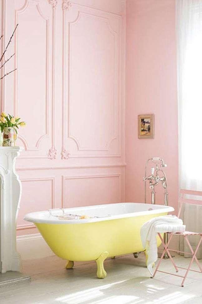4. Banheiro rosa com banheira de pé amarela – Foto Casa Abril