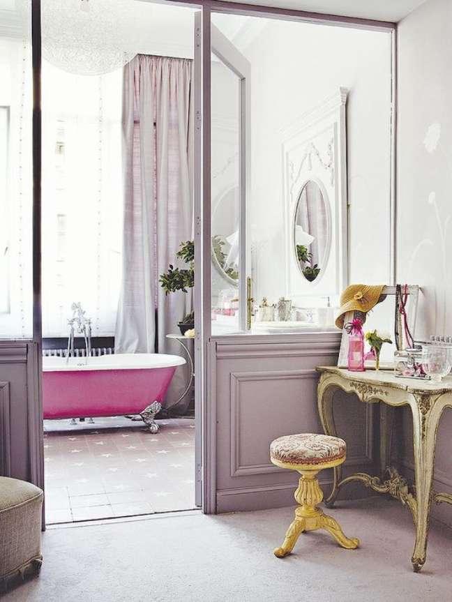 22. Banheira de pé rosa na suíte do quarto – Foto First Home