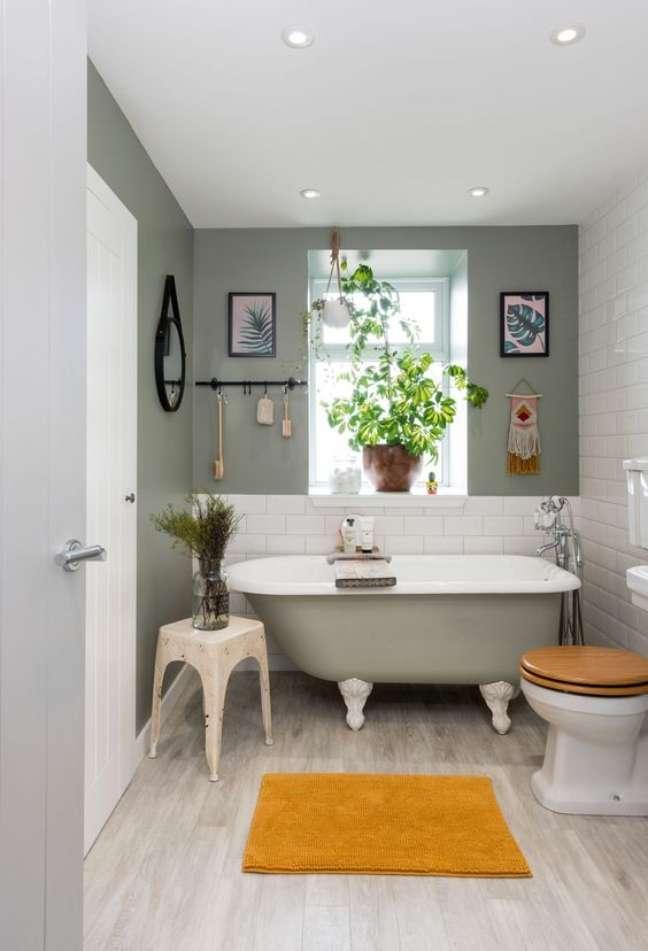 34. Banheiro moderno decorado com banheira de pé cinza – Foto Real Homes