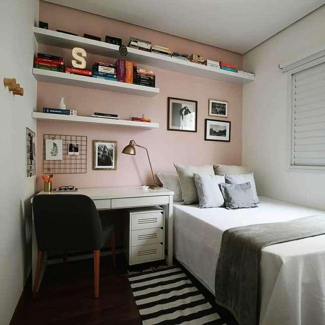 51. Quarto simples decorado com parede rosa chá e escrivaninha branca – Foto: Estúdio Ventana
