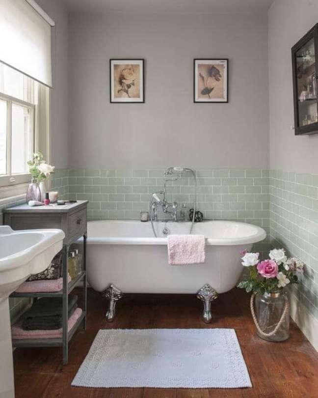 13. Banheira de pé com decoração verde claro e prata – Foto Casa Vogue