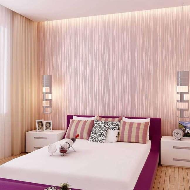 50. Quarto de casal decorado com papel de parede rosa chá – Foto: Arkpad