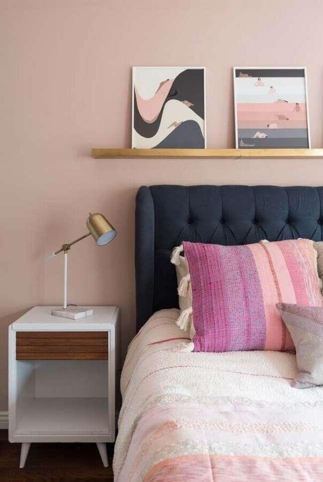 5. Parede rosa chá para quarto decorado com cabeceira azul marinho – Foto: Home Fashion Trend