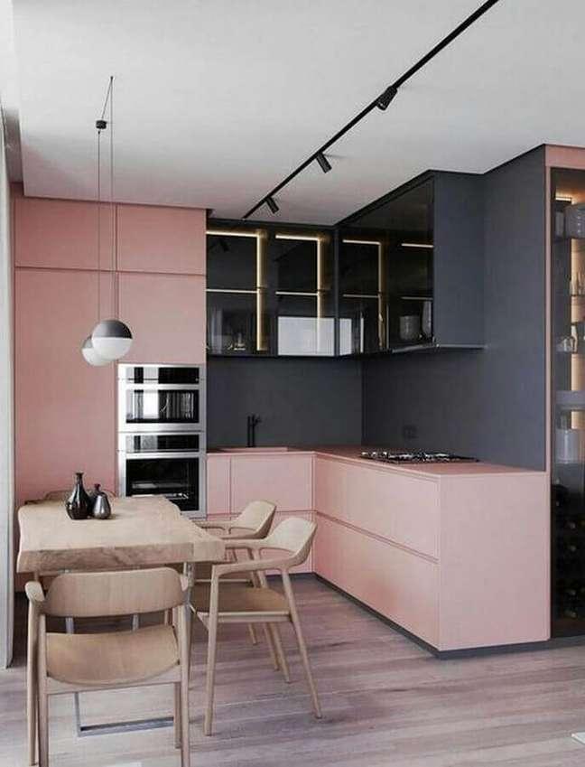 15. Cozinha planejada moderna decorada com tons de cinza e armários rosa chá – Foto: Futurist Architecture