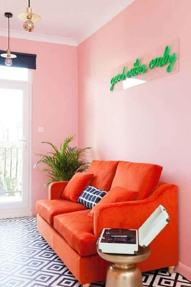47. Que tal misturar a decoração rosa chá com cores mais vibrantes como o laranja? Pode ficar bem bonito ! – Foto: