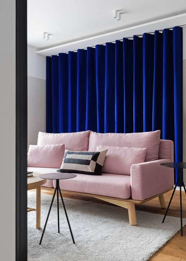 62. Sofá rosa chá para sala decorada com cortina azul escura – Foto: Houzz