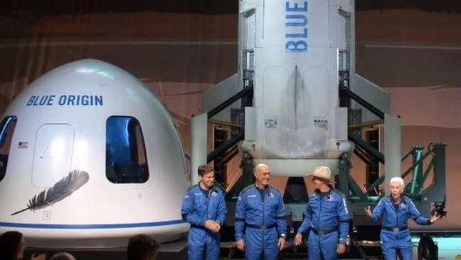Tripulação do New Shephard, com Jeff Bezos (de chapéu)