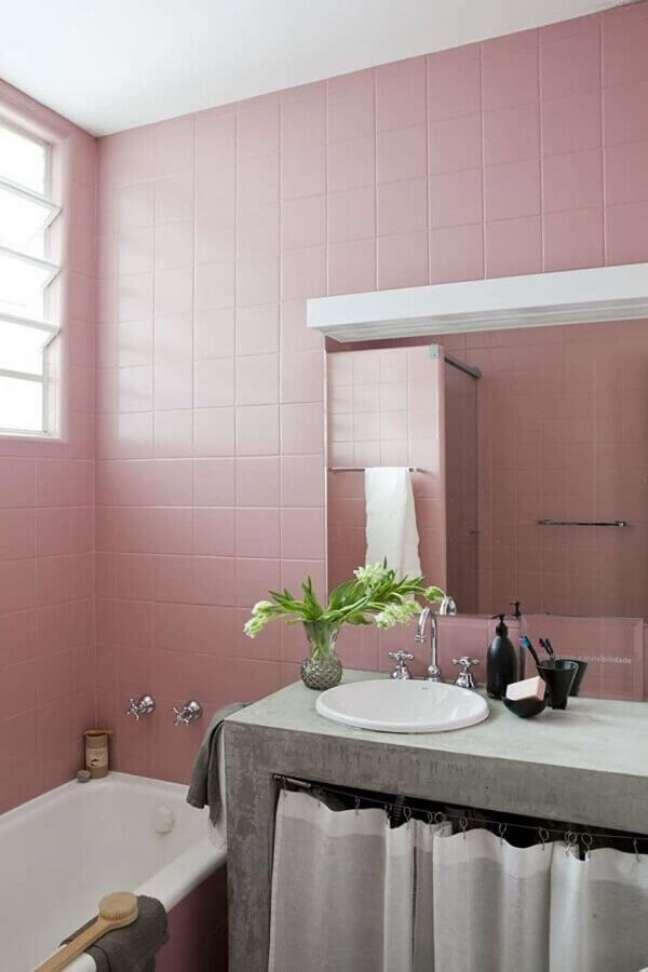 10. Banheiro simples decorado com revestimento rosa chá – Foto: Sala C Arquitetura