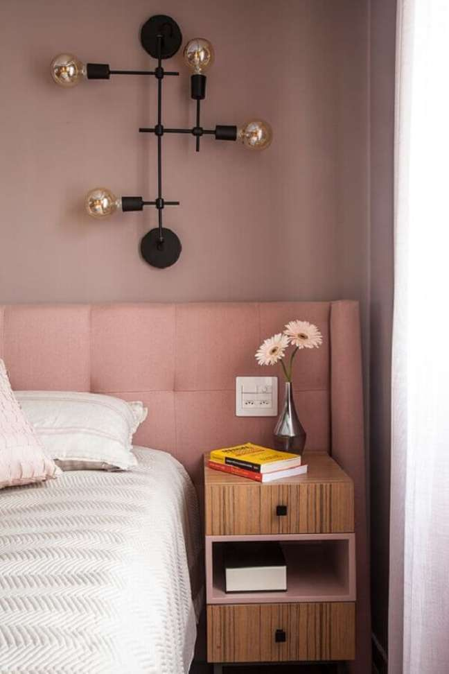 44. Parede rosa chá para quarto decorado com luminária de parede moderna – Foto: Jeito de Casa