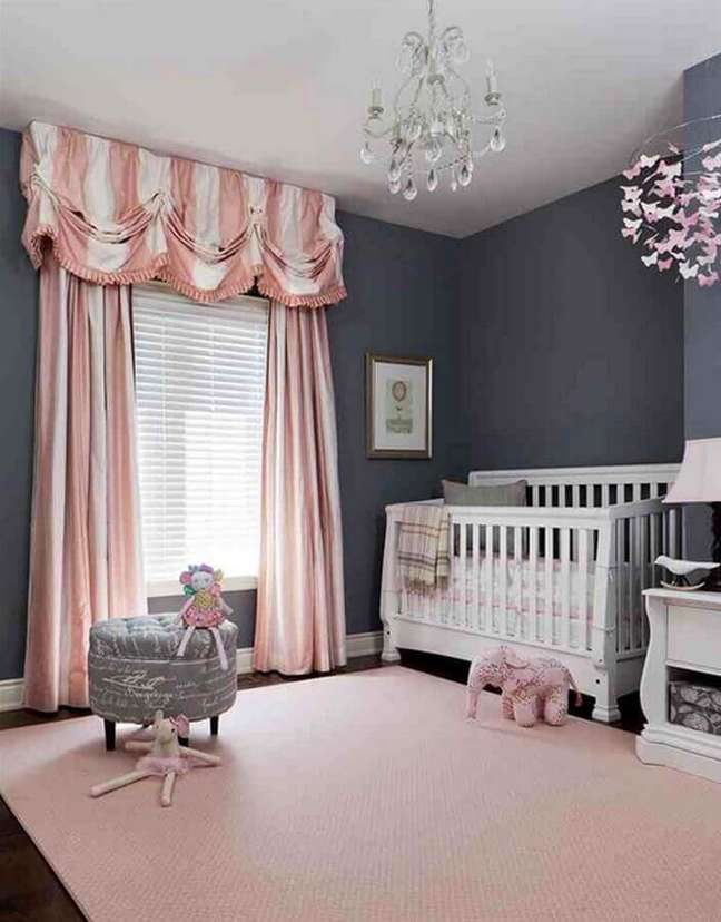 12. Cor de rosa chá e parede cinza para decoração de quarto de bebê – Foto: Futurist Architecture