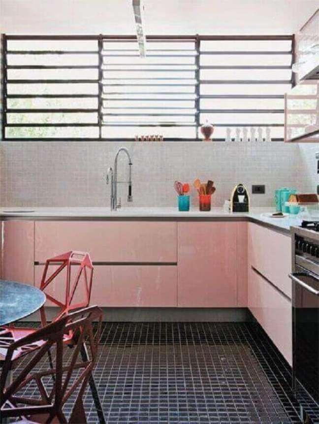 16. Cozinha simples decorada com piso preto e gabinete rosa chá – Foto: Forma Design Interiores