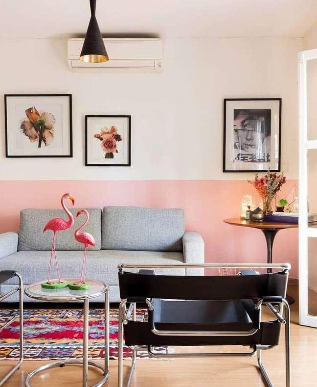 38. Meia parede rosa chá para decoração de sala com sofá cinza e poltrona moderna – Foto: Histórias de Casa