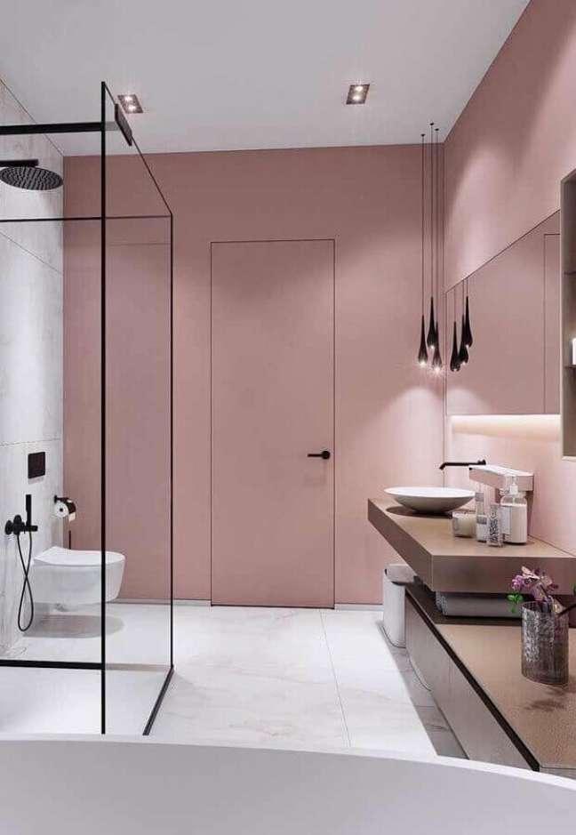 9. Banheiro moderno decorado com parede rosa chá – Foto: Pinterest