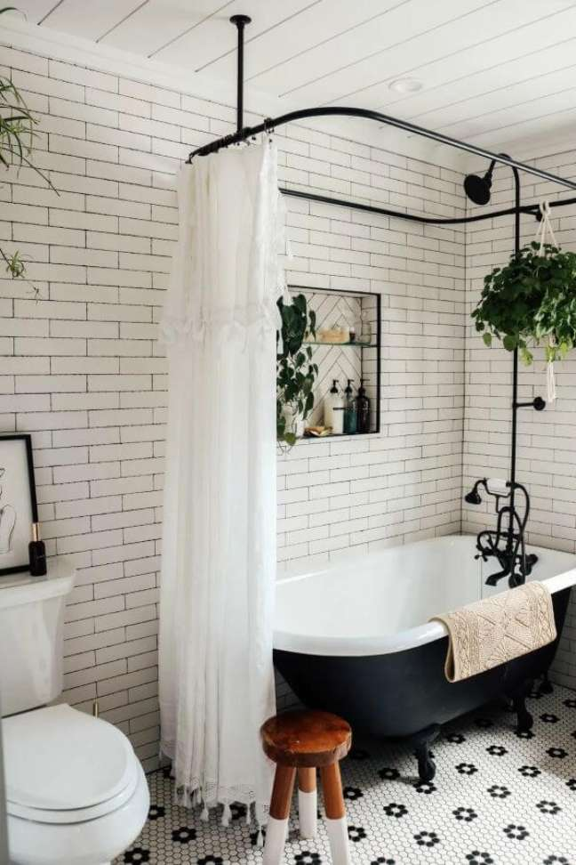 20. Banheira de pé preto e cortina branca – Foto Estilo Proprio by sit