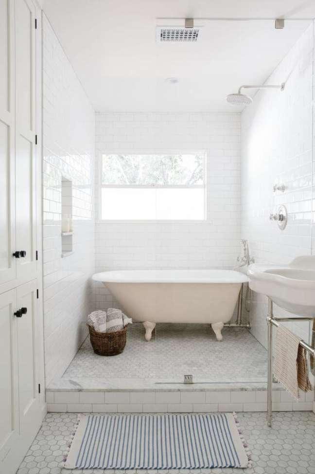 23. Banheira de pé rose com chuveiro e decoração branca – Foto The Identite