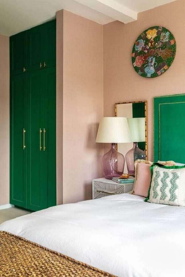 25. Decoração rosa chá e verde esmeralda para quarto de casal – Foto: PUFIK Interiors & Inspirations