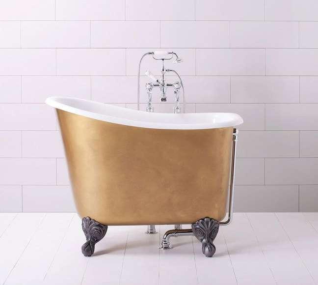 29. Banheira pequena e dourada com pés de ferro detalhados – Foto Elle Decor