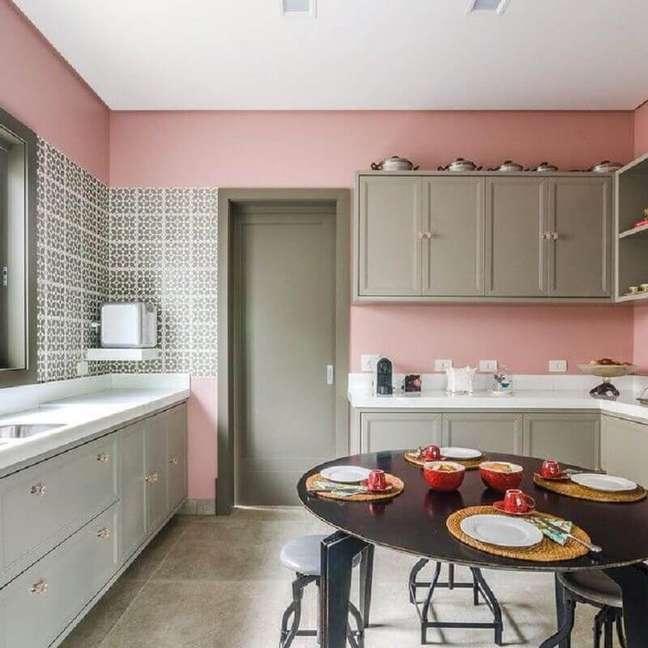 21. Decoração de cozinha planejada com parede rosa chá – Foto: Andrea Murao