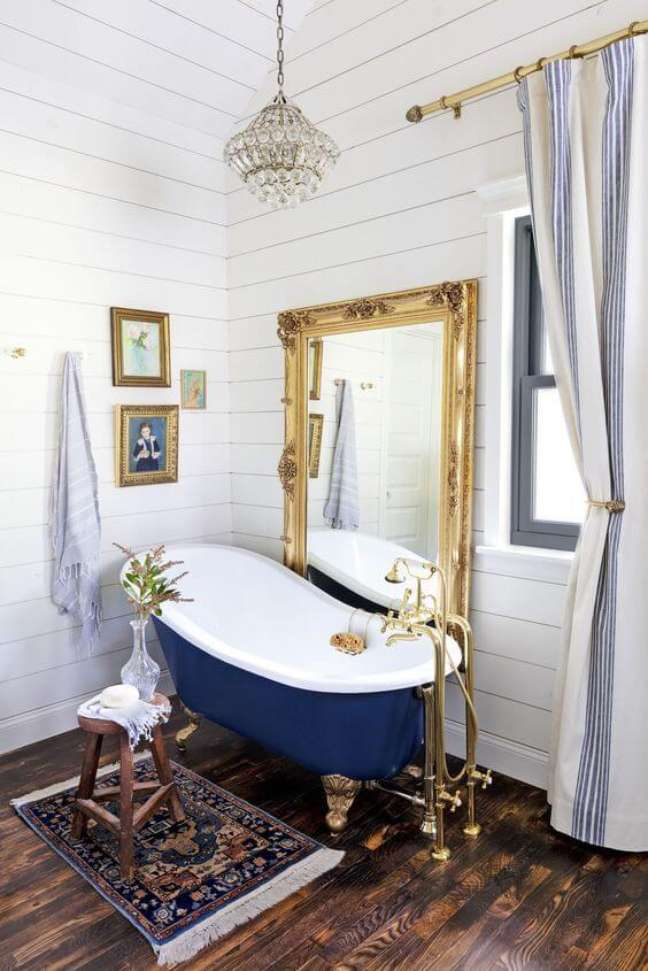 3. Banheira de pé azul e dourada – Foto Arkpad