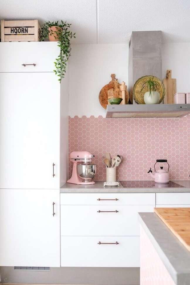 14. Cozinha branca decorada com revestimento hexagonal rosa chá – Foto: Pinterest