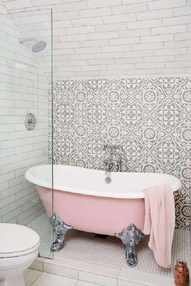 38. Chuveiro com banheira de pé rosa e prata – Foto Decorpad