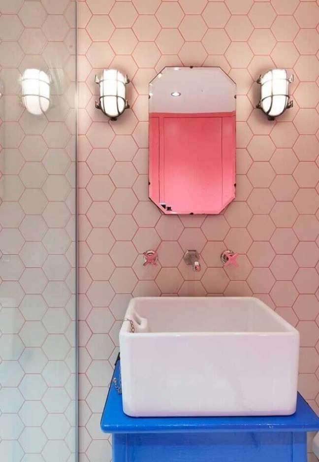 54. Revestimento hexagonal cor rosa chá para decoração de banheiro pequeno – Foto: Archilovers