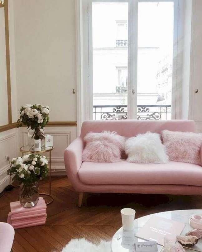 4. Sala de estar decorada com sofá rosa chá retrô – Foto: Curated Interior