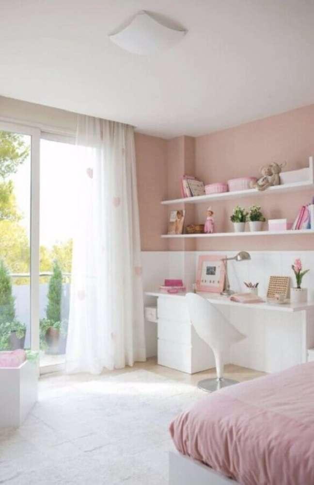 13. Cor rosa chá e branco para decoração de quarto feminino – Foto: Boca do Lobo