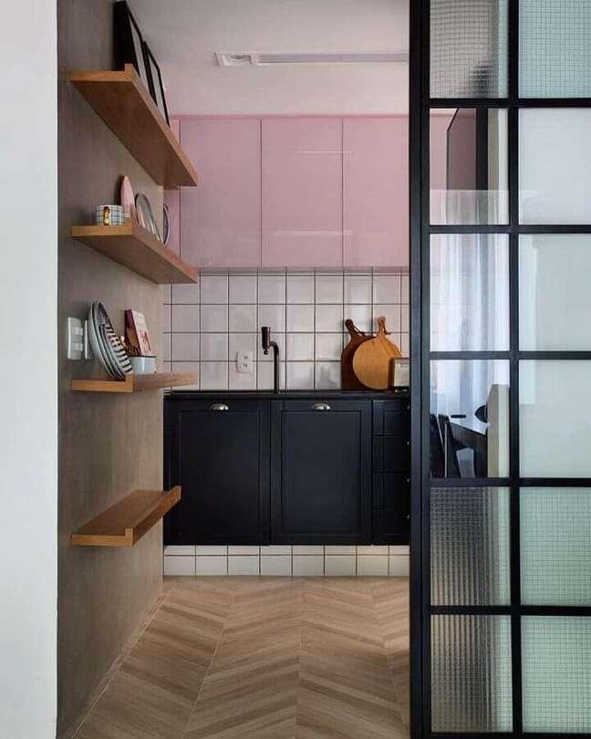 2. Decoração de cozinha com gabinete preto e armário aéreo cor rosa chá – Foto: PKB Arquitetura