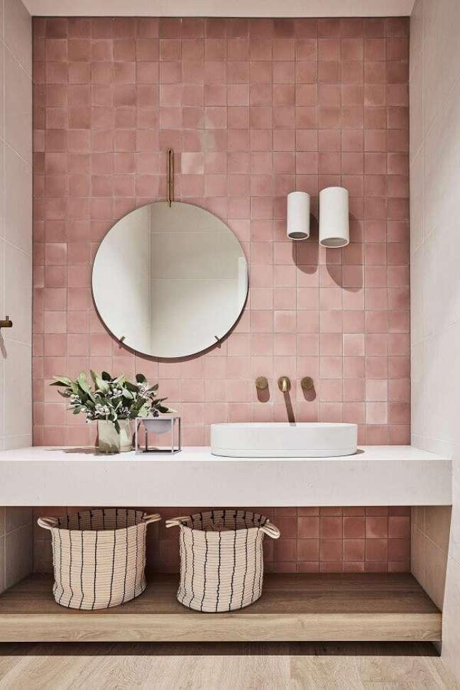 41. Parede rosa chá para decoração de banheiro com espelho redondo – Foto: Pinterest