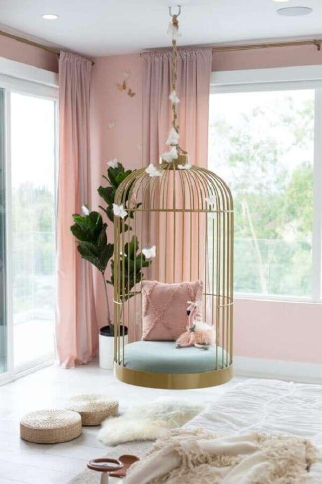 28. Decoração rosa chá para quarto com balanço suspenso dourado – Foto: Pinterest