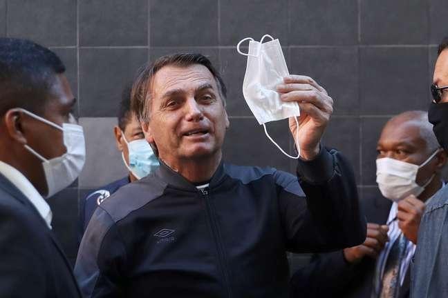 Jair Bolsonaro tira a máscara para falar com os jornalistas