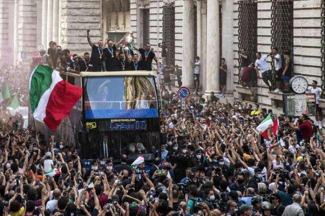 Milhares de pessoas foram às ruas comemorar o título da Azzurra na Euro