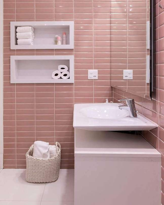 53. Revestimento cor de rosa chá para decoração de banheiro – Foto: Studio Deux