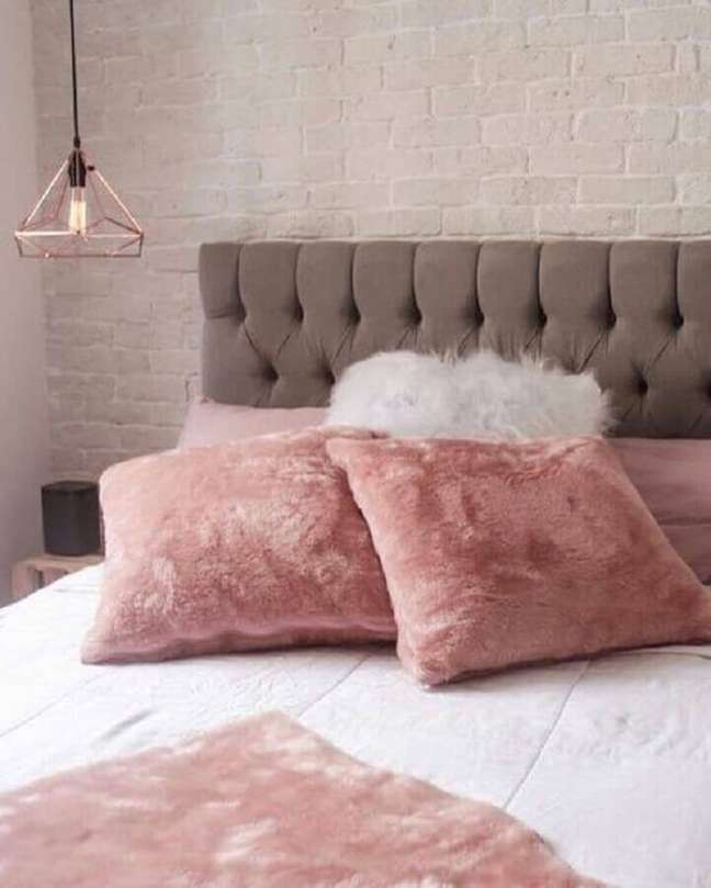 30. Decoração rosa chá para quarto de casal com cabeceira estofada cinza – Foto: Pinterest