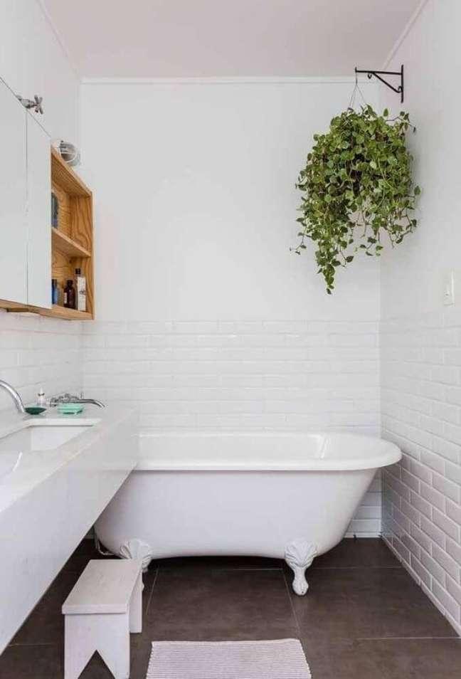 8. Banheira de pé branca no banheiro pequeno e planejado – Foto Reciclar e Decorar