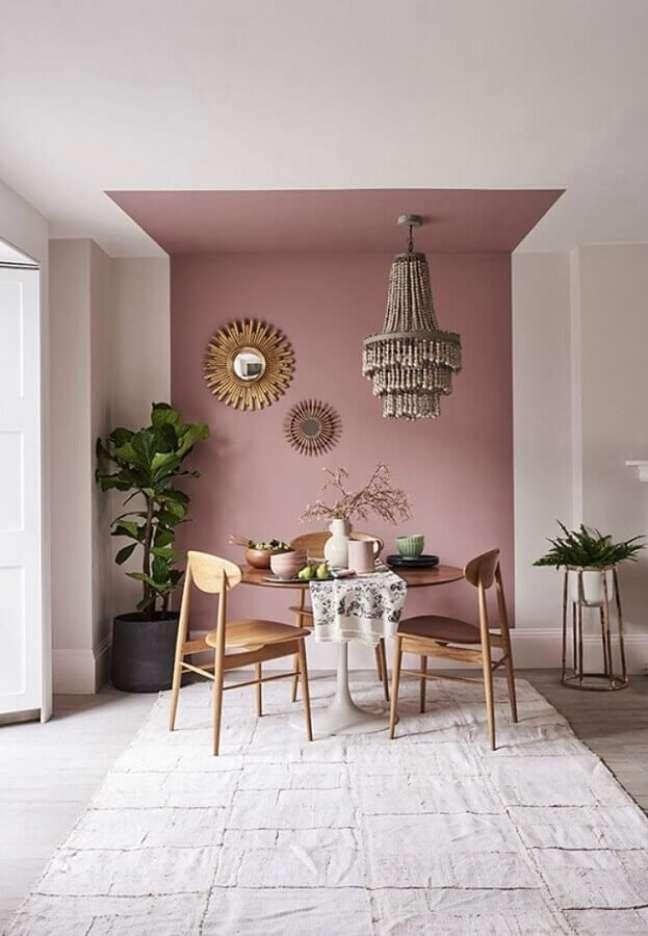 46. Parede rosa chá para sala de jantar decorada com mesa redonda de madeira – Foto: Apartment Therapy