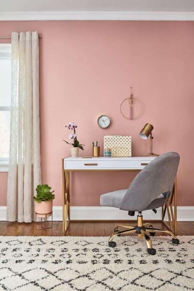 37. Home office decorado com parede rosa chá e escrivaninha branca – Foto: Histórias de Casa