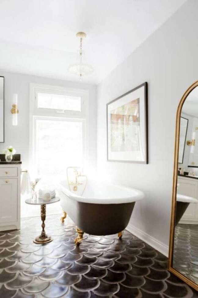 19. Banheira de pé preta e dourada para banheiro chique – Foto Blog Lovin