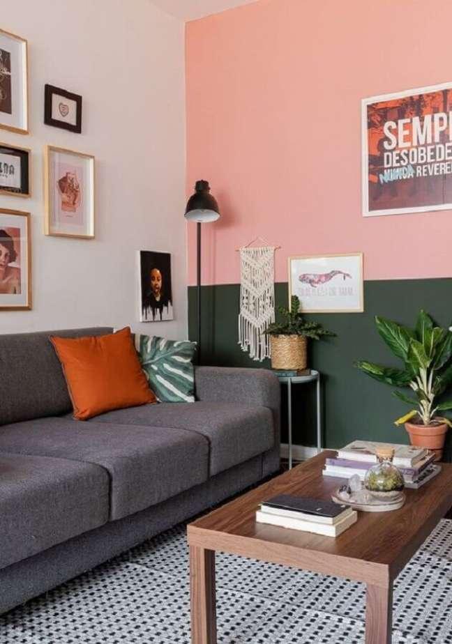 45. Parede rosa chá para sala de estar decorada com sofá cinza – Foto: Histórias de Casa