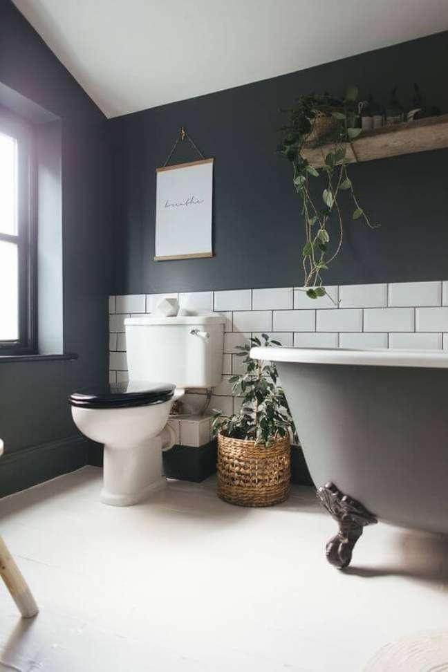 12. Banheira de pé cinza escuro com tijolinho branco na decoração – Foto Rock My Style