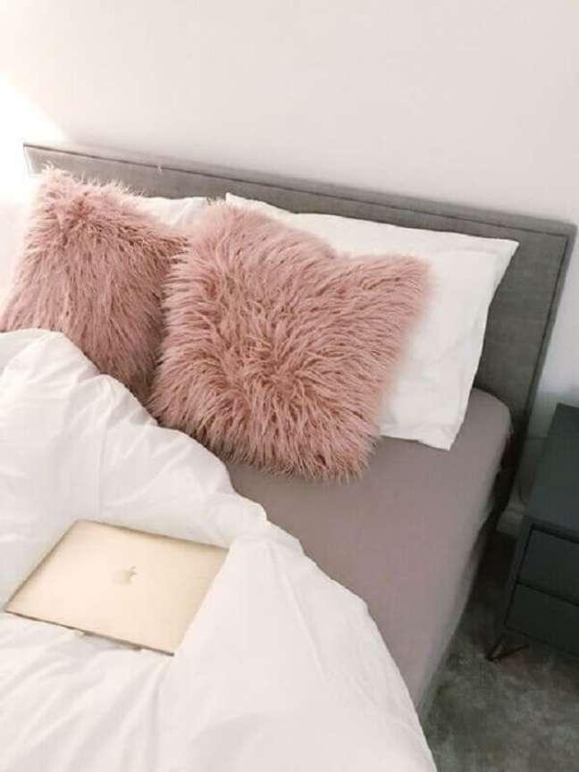 52. Quarto decorado com almofadas cor de rosa chá – Foto: Jaye Rockett