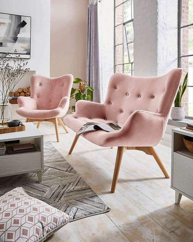 22. Decoração de sala de estar com poltronas cor de rosa chá – Foto: JD Williams