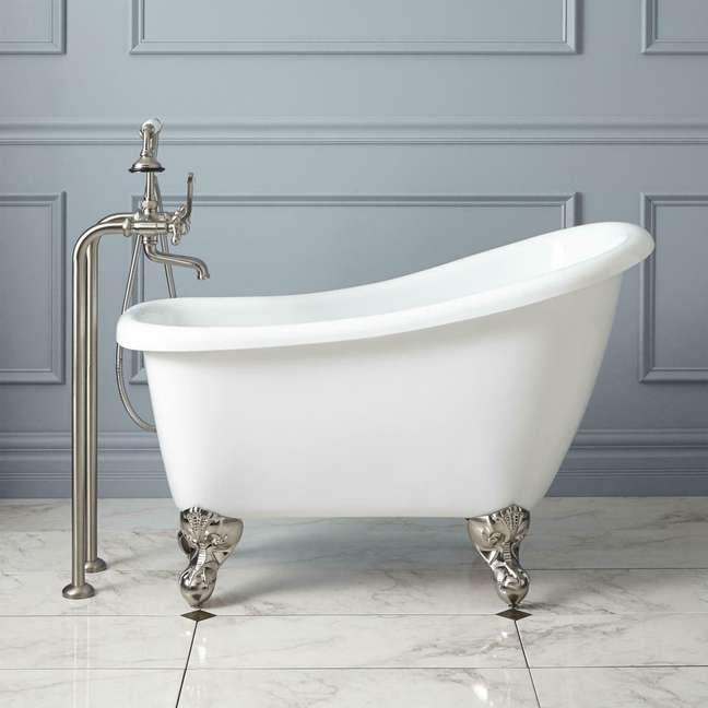 32. Banheira pequena e branca para banheiro moderno – Foto Myriadlit