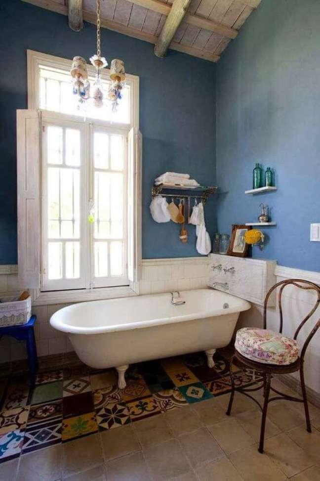 42. Banheira de pé branca com azul – Foto Lascositas de Becheau